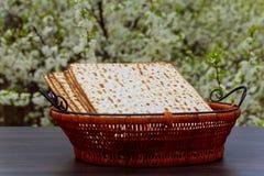 wijn en matzoh (Joods passoverbrood) matzoh de Joodse houten lijst van het vakantiebrood Stock Foto