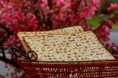 wijn en matzoh (Joods passoverbrood) wijn en matzoh de Joodse houten lijst van het vakantiebrood Stock Afbeelding
