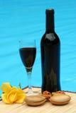 Wijn en muziek door de pool stock afbeelding