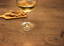 Wijn en okkernootfig. op houten lijst Royalty-vrije Stock Foto