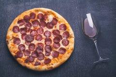 Wijn en pizza Royalty-vrije Stock Foto's