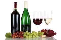 Wijn in flessen op wit stock fotografie