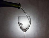 Wijn het Gieten aan Glas Stock Foto's