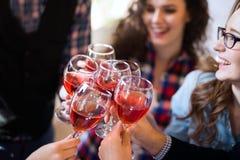 Wijn het proeven gebeurtenis door gelukkig mensenconcept stock foto's