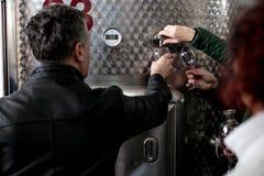 Wijn het proeven op excursies in Georgië stock afbeelding