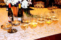 Wijn het proeven, wijnglazen en flessen wijn Stock Foto