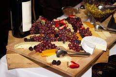 Wijn, kaas, en druiven Royalty-vrije Stock Afbeeldingen