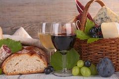 Wijn met kaas en brood royalty-vrije stock afbeeldingen
