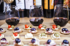 Wijn met Voorgerecht Royalty-vrije Stock Afbeeldingen