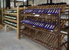 Wijn op de teller van bamboe in de provincie van opslagkanchanaburi in het Noorden van het Koninkrijk van Thailand royalty-vrije stock foto's