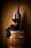 Wijn op vat in kelder stock afbeeldingen