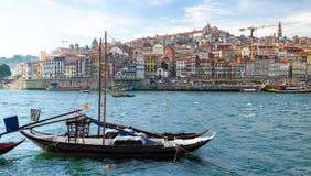 Wijnboten op Douro-Rivier, oude Porto Porto stad, Portugal stock afbeelding
