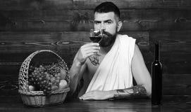 Wijnbouw en van de de herfstoogst concept Mens met baard stock afbeeldingen
