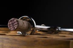 Wijncork in kurketrekker op houten lijst Royalty-vrije Stock Afbeelding
