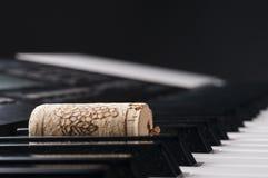 Wijncork op pianotoetsenbord Stock Foto