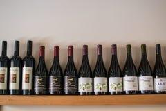 Wijnen in een restaurant op de muur Royalty-vrije Stock Foto's