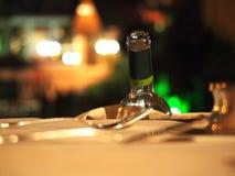 Wijnfles bij dinerlijst Stock Foto's