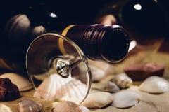 Wijnfles en Glas op Shells - Filmeffect Stock Foto