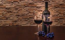 Wijnfles en Twee Glazen Royalty-vrije Stock Afbeelding