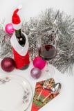 Wijnfles in het kostuum van de Kerstman Stock Foto