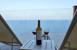 Wijnfles met twee glazen stock foto
