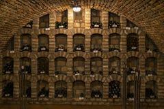 wijnflessen in archiefkelder, Ezerjo, Hongarije royalty-vrije stock afbeelding