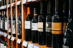 Wijnflessen bij de wijnopslag Stock Foto