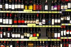 Wijnflessen bij supermarkt Stock Foto's