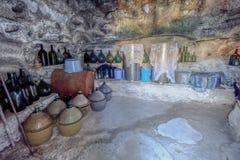 Wijnflessen in een cantina Stock Afbeeldingen