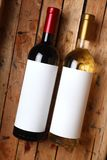 Wijnflessen in een krat Stock Afbeeldingen