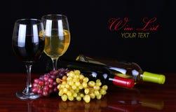Wijnflessen en Glazen Wijn over zwarte Royalty-vrije Stock Foto's