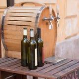Wijnflessen en vat Stock Afbeeldingen
