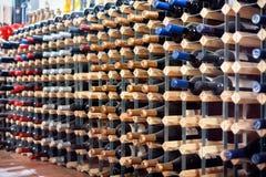Wijnflessen in Kelder Stock Foto