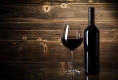 Wijnflessen met glas Stock Afbeelding
