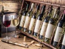Wijnflessen op de houten plank royalty-vrije stock foto's