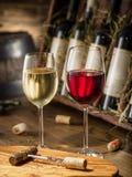 Wijnflessen op de houten plank Royalty-vrije Stock Afbeeldingen