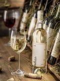 Wijnflessen op de houten plank Stock Fotografie