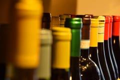 Wijnflessen op een plank in een supermarkt stock afbeeldingen