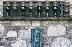 Wijnflessen op een rij met glazenstylization onder een film Stock Foto's