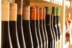 Wijnflessen op houten plank Stock Foto
