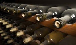 Wijnflessen op plank Stock Afbeelding