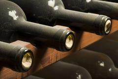 Wijnflessen op plank Stock Foto