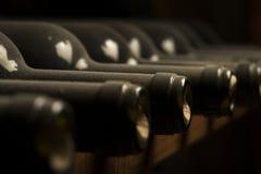 Wijnflessen op plank Royalty-vrije Stock Afbeeldingen