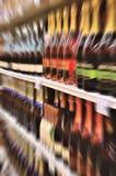 Wijnflessen op plank in een opslag Stock Afbeelding