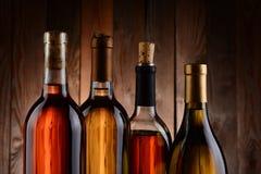 Wijnflessen tegen Houten Achtergrond royalty-vrije stock foto
