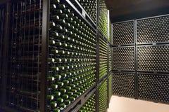 Wijnflessen in wijnmakerijkelder Royalty-vrije Stock Afbeelding