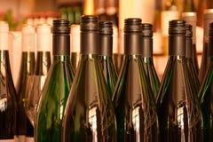 Wijnflessen in wijnopslag royalty-vrije stock afbeeldingen