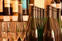 Wijnflessen in wijnopslag stock fotografie