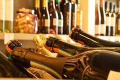 Wijnflessen in wijnopslag stock afbeelding