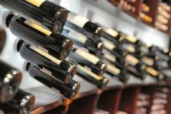 Wijnflessen in winkel Stock Foto's